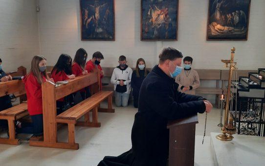 Caritas savanoriai adoracijoje